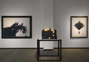 La obra de Chillida 'Óxido G-82', ante los lienzos de Zóbel 'Aquelarre'y 'El ramo', en la sala.