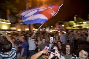 Cientos de cubanos han salido a las calles de la Pequeña Habana (Miami) para celebrar la muerte de Fidel Castro.