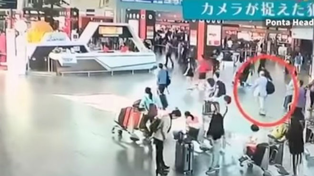 El círculo rojo muestra a Kim Jong-nam en el aeropuerto de Kuala Lumpur, en el vídeo difundido por Fuji TV.