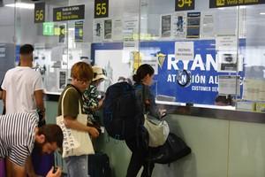 Cola en los mostradores de Ryanair en el aeropuerto de Barcelona por la huelga de pilotos.