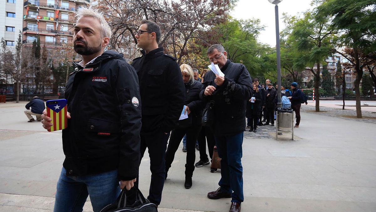 Colas frente a la escuela Ramon Llull de Barcelona.