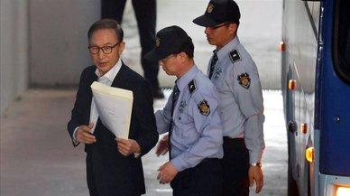 La justicia surcoreana condena a prisión al expresidente Lee Myung-bak por corrupción