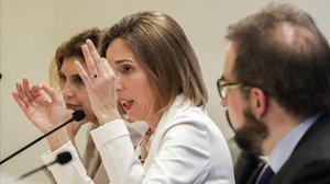 La 'consellera' de Empresa, Àngels Chacón, entre Marta Felip yRaül Rabionet.