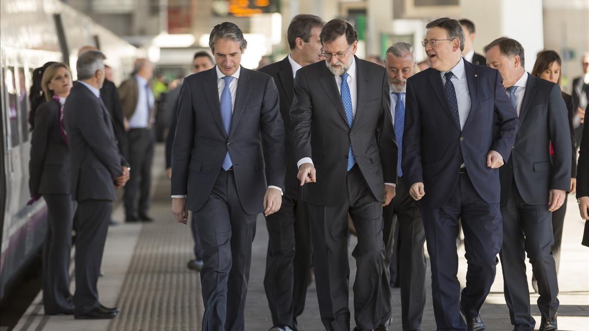 El cortejo de autoridades junto al presidente Rajoy a su llegada en AVE a Castellón.
