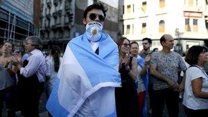 Un manifestante envuelto con la bandera de Argentina en una protesta contra el Gobierno del presidente Alberto Fernándezel pasado miércoles frente al Congreso.