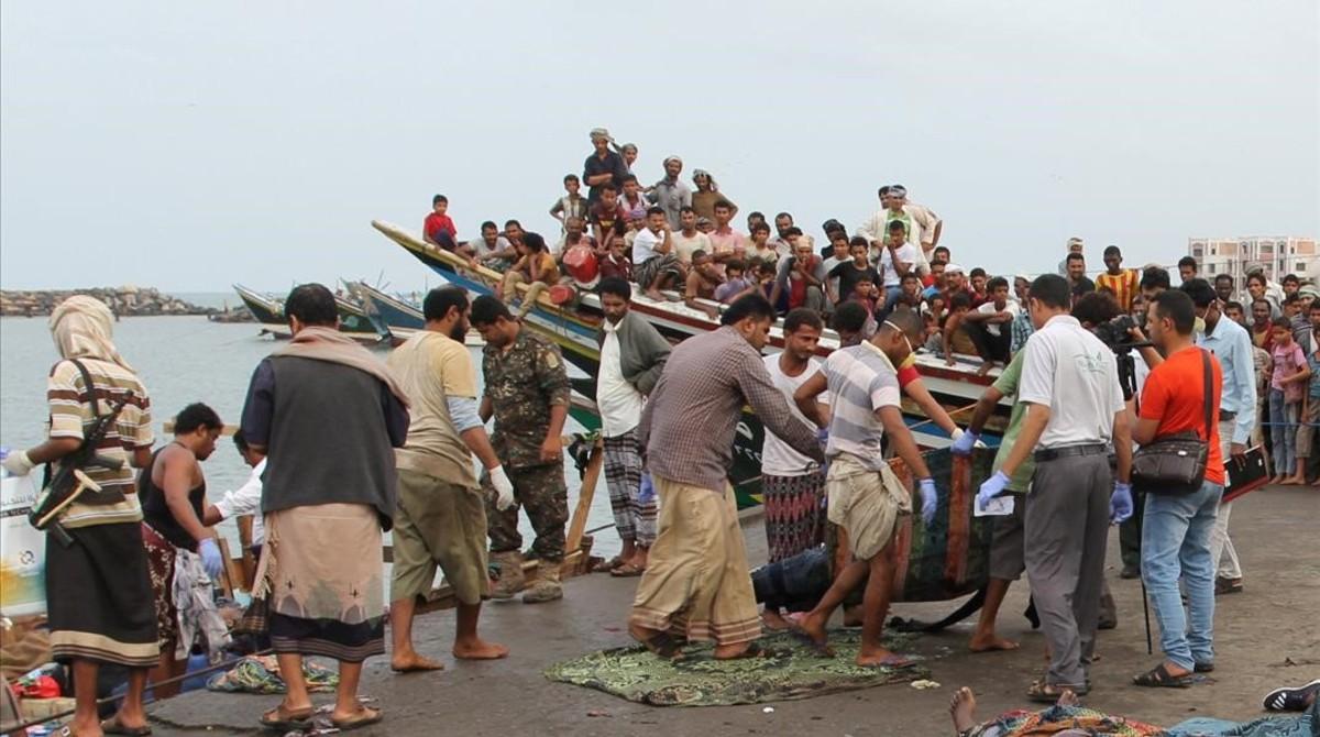 El cuerpo de un somalí muerto en el ataque, trasladado en el puerto de Hodeidah, el 17 de marzo.