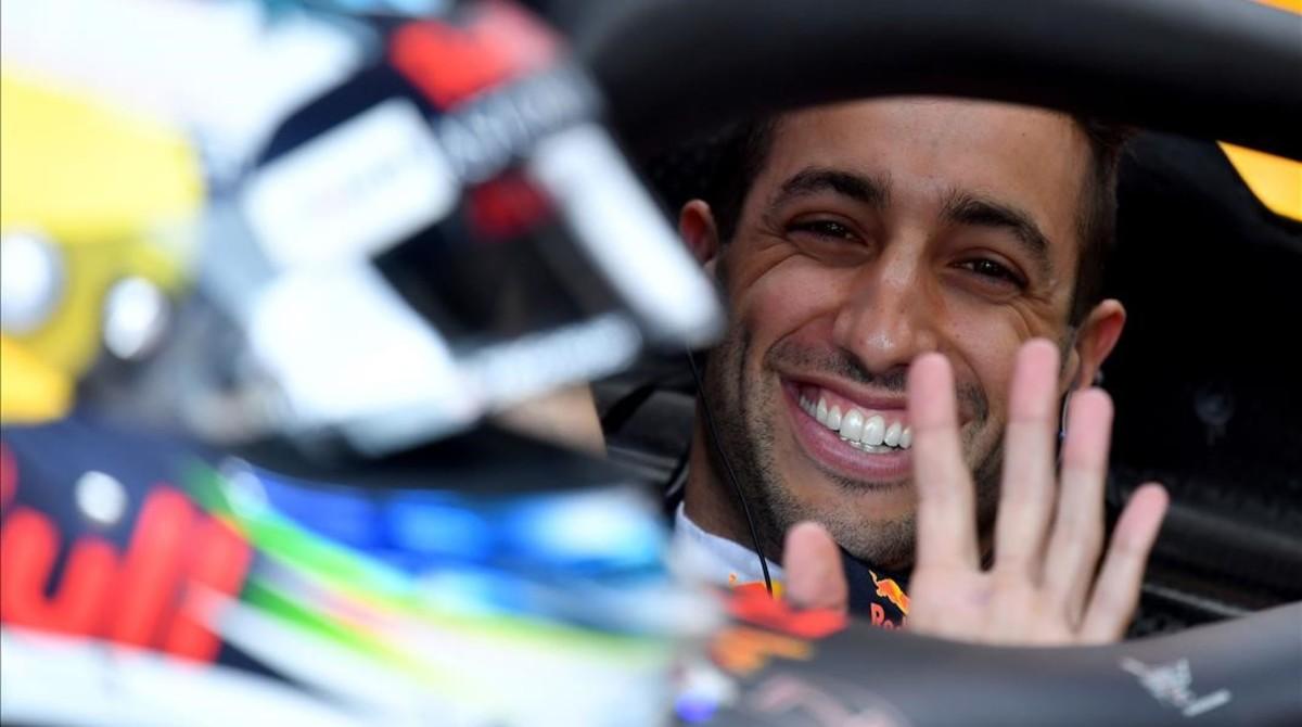 Daniel Ricciardo (Red Bull) saluda a la cámara en su box de Mónaco.