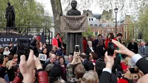 Decenas de personas se fotografíanconla nueva estatua de la Plaza del Parlamento, que representa a la líder del movimiento sufragistaMillicent Fawcett.