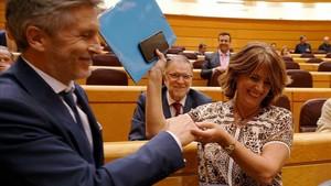 Dolores Delgado saluda a Grande Marlaska en el pleno del Senado.