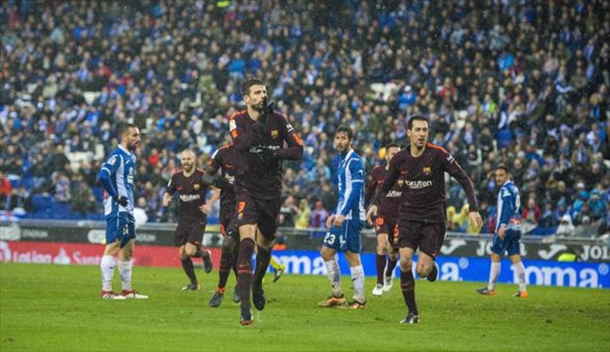 Desafiante 8Piqué celebra su gol ante la mirada de Granero.
