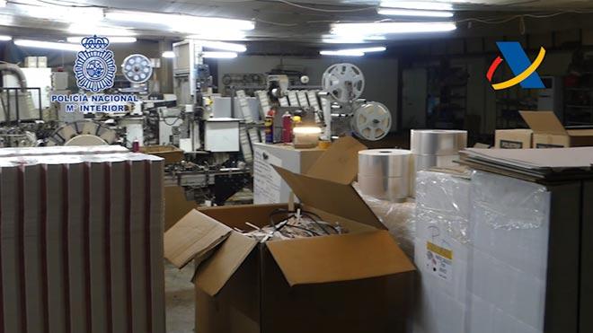 Desarticulada en Catalunya una organización especializada en la fabricación ilícita de cigarrillos.