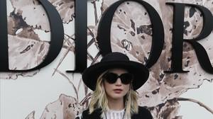 Jennifer Lawrence posa en el 'fotocall' del desfile de alta costura de Dior, en París.