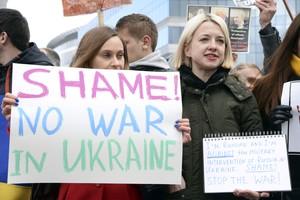 Dos joves participen en una protesta contra la intervenció de Rússia a Ucraïna, dilluns a Brussel·les.