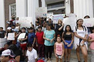 Inmigrantes protestan en contra de las medidas del gobierno de Donald Trump.