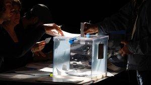 Una urna de las elecciones municipales en Barcelona.