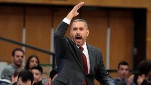 El entrenador del Zaragoza, Jota Cuspinera, da indicaciones a sus jugadores durante el partido ante el Joventut.