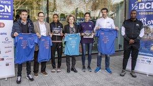 La etíope Roza Dejere, en el centro, en la presentación de la carrera, este jueves en Barcelona.