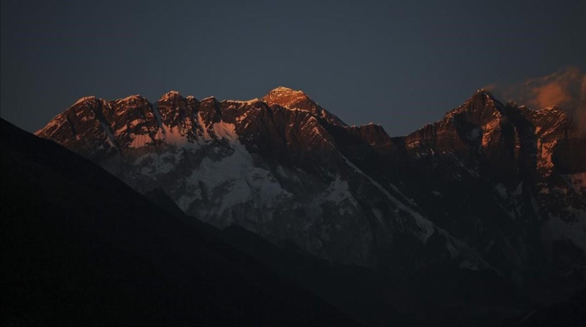 El Everest, con el Lhotse a la derecha.