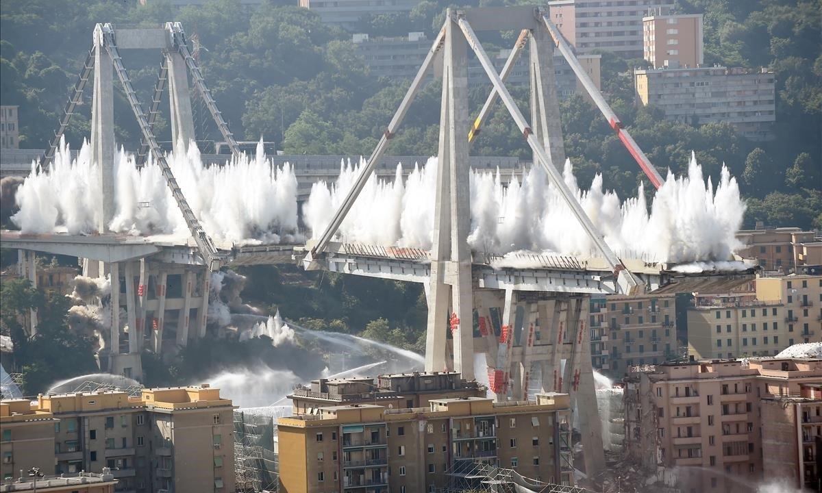 Explosión controlada para demoler los restos del puente Morandi, en la localidad italiana de Génova.