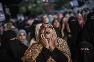Una seguidora del presidente Mohamed Mursi llora durante el golpe de estado de Abdelfatah Al-Sisi. Egipto (julio del 2013).