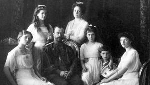 La familia Romanov, en 1913 (de izquierda a derecha, Olga, María, Nicolás II, la zarina Alejandra, Anastasia, Alekséi y Tatiana.
