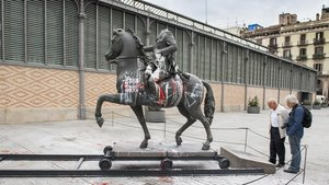 La estatua de Franco manchada de pinturay manchas de huevo, en el Born, en el 2016.