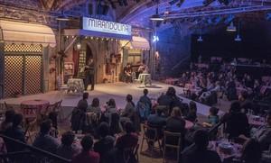 El público, como si estuviera en un restaurante, asiste a un ensayo de 'L'hostalera' que Pau Carrió ha montado enla Biblioteca de Catalunya.