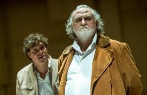 Ivan Benet (izquierda) y Andreu Benito, cliente y dealer respectivamente en el montaje En la solitud dels camps de cotó, primer texto de Koltès que llega al TNC, dirigido por Joan Ollé.