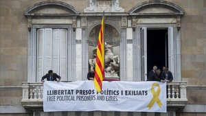 El nou Govern penja una pancarta pels polítics presos