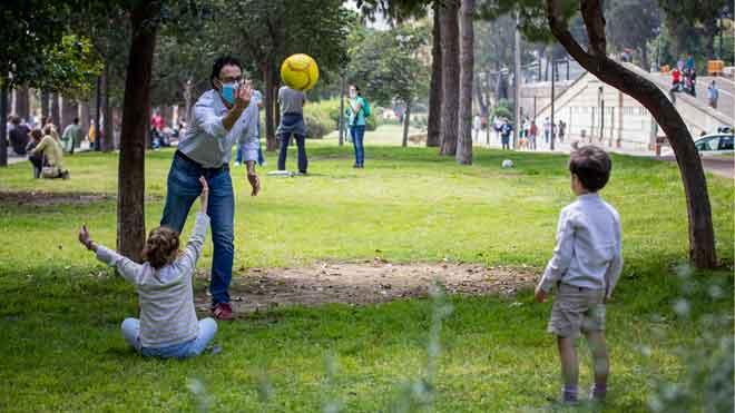 Fernand Simón señala que por ahora no se conoce relación entre 'shocks' de niños y el coronavirus. En la foto, unos niños juegan con su padre en un parque de Valencia, tras pasar seis semanas encerrados por la alerta de coronavirus.