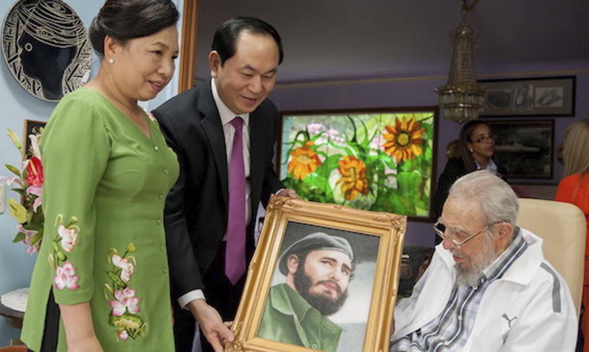 Fidel Castro con el presidente vietnamita, Tran Dai Quang, y su esposa,Nguyen Thi Hien, el pasado 15 de noviembre.