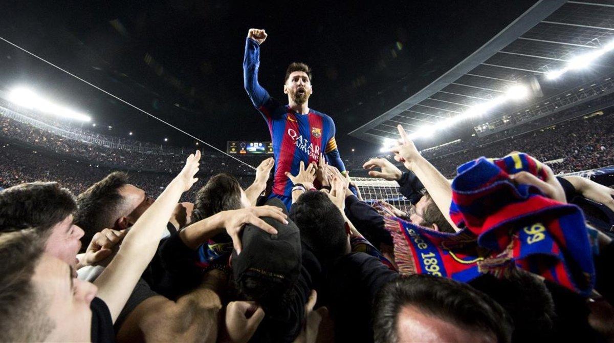 La foto de los 70 millones de visitas: Leo Messi se funde con la afición tras marcale al PSG.