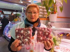 Mari Huguet, de la carnicería mari, en el mercado del Poblenou.