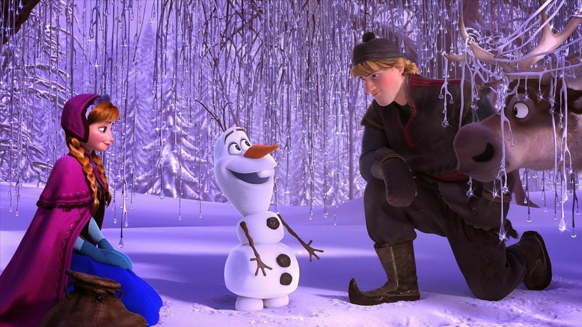 Anna, Olaf y Kristoff, en 'Frozen: el reino del hielo', una de las películas del catálogo de Disney+.