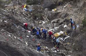 Gendarmes e investigadores, entre los restos del avión estrellado en los Alpes.