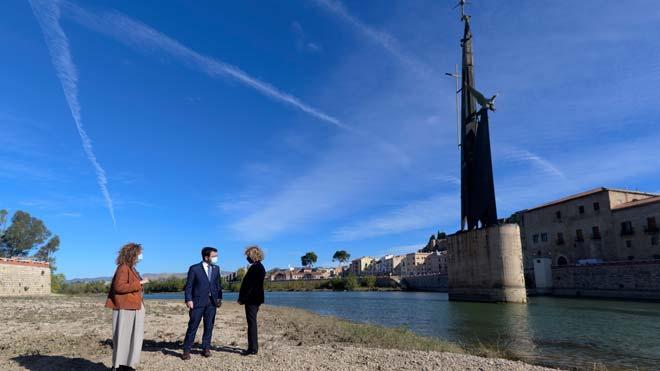 El Govern prevé retirar el próximo verano el monumento franquista de Tortosa. En la foto,Ester Capella, Pere Aragonèsy la alcaldesa de Tortosa, Meritxell Roigé, en el acto de anuncio de la decisión.