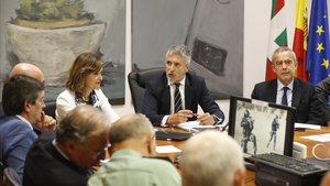 El ministro del Interior, Fernando Grande-Marlaska, y la secretaria de Estado de Interior, Ana Botella, durante la visita que han realizado al Centro de Coordinación de las Fuerzas de Seguridad del Estado en San Sebastián, de cara a las cumbre y contracumbre del G7.