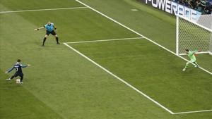 Griezmann anota el 2-1 de Francia en el lanzamiento de penalti ante Croacia en Moscú.