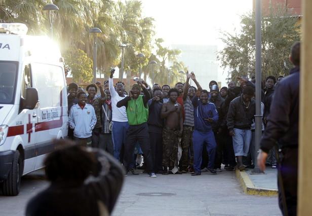 Un grup dimmigrants és atès per personal del CETI de Melilla i de la Creu Roja, aquest divendres.