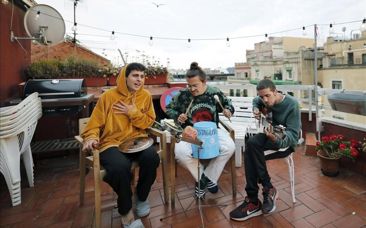 Klaus Stroink,Guillem Bultò y Rai Benet, en la terraza de su domicilio.