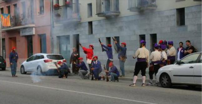 Un grupo de trabucaires lanzan salvas bajo el balcón del concejal del PP Jaume Gelada, el pasado 17 de agosto, en Cardedeu.