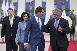 Guaidó habla con Duque, seguidos por Pompeo, en Bogotá.