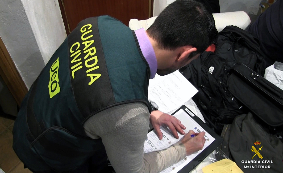 Un agente de la Guardia Civil en pleno trabajo.