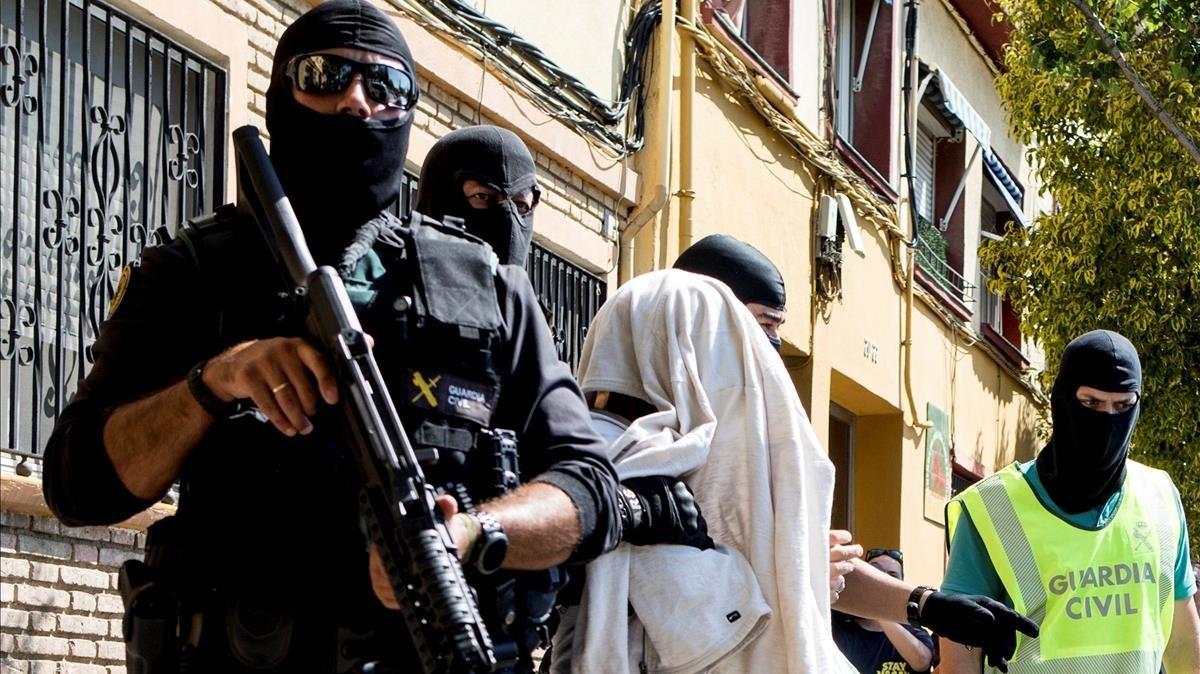 La Guardia Civil traslada a uno de los yihadistas detenidos en Mataró, el pasado miércoles.