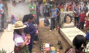 Homenaje a Berta Cáceres en su tumba en el tercer aniversario de su muerte.