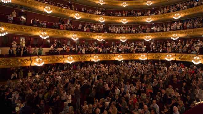 El Liceu, en pie, aplaude a Montserrat Caballé.