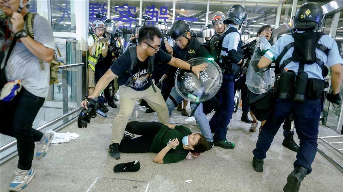 La policía se enfrenta a los activistas que ocupan el aeropuerto de Honk Kong.