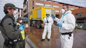 Un equipo de forestales desinfectando el parquing del Hospital de Igualada.