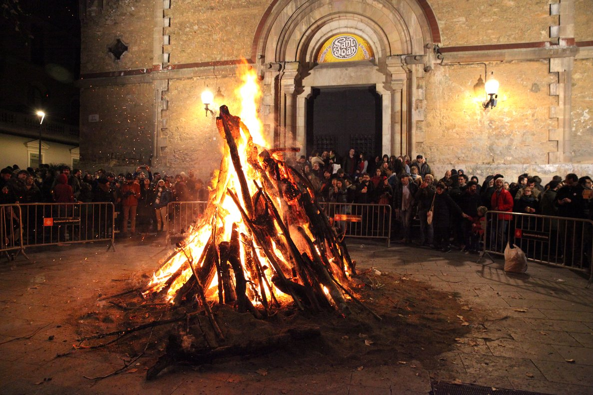Una hoguera de los Foguerons, en la plaza de la Virreina.