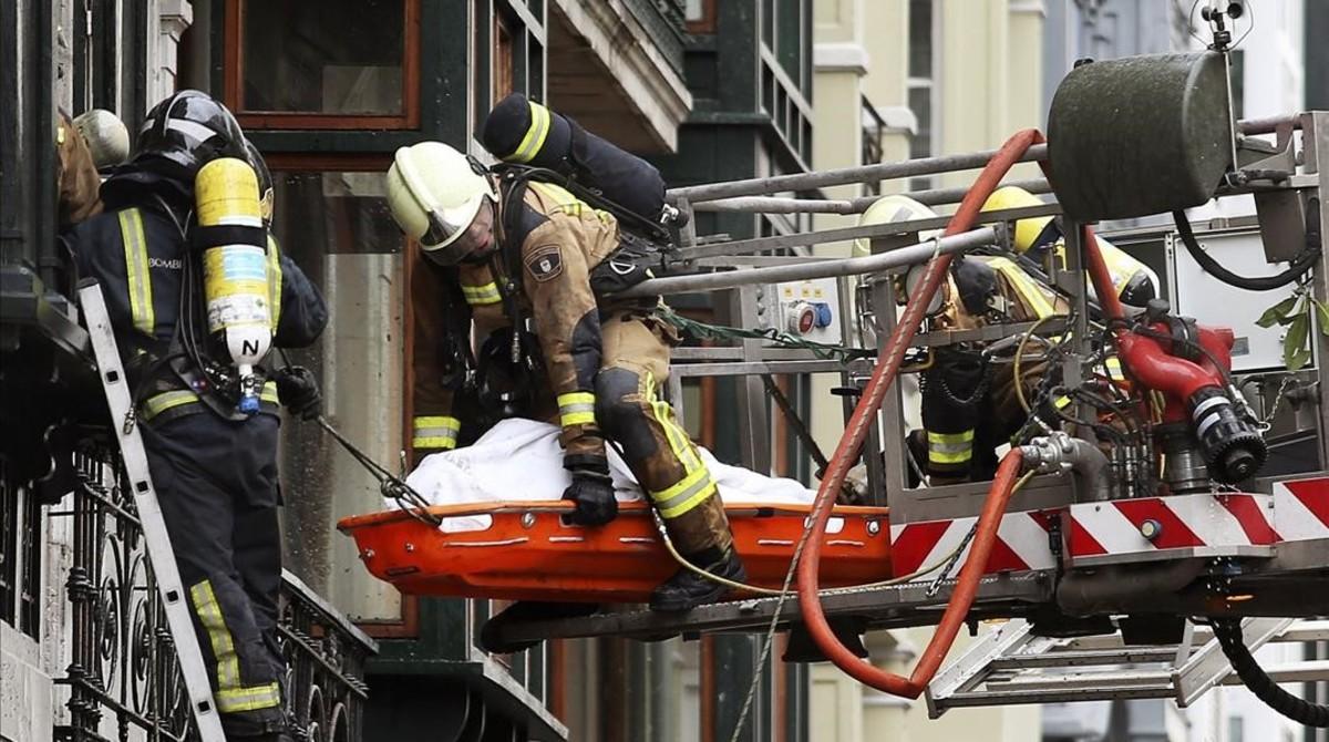 Muere un bombero en el derrumbe de un edificio del siglo XVIII de Oviedo